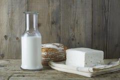 Queso feta fresco con la botella de leche y de pan Fotos de archivo