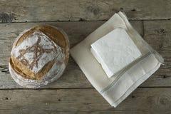 Queso feta fresco con la botella de leche y de pan Foto de archivo