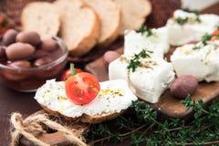 Queso Feta griego del queso con tomillo y aceitunas Foco selectivo, copia Fotos de archivo libres de regalías