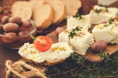 Queso Feta griego del queso con tomillo y aceitunas Foco selectivo, copia Imágenes de archivo libres de regalías