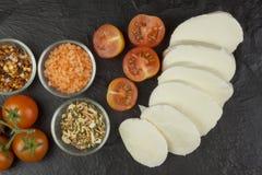 Queso fresco de la mozzarella en tablero de la pizarra Comidas de la dieta sana Preparación de la comida para las huéspedes Comid Foto de archivo libre de regalías