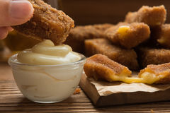 Queso frito delicioso en un plato de madera Imagen de archivo