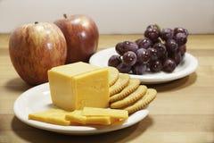 Queso, galletas, y fruta Imagen de archivo