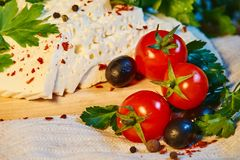 queso georgiano hecho en casa en un tablero de madera, tomates de cereza, nueces, uvas, especias de Imeretian imágenes de archivo libres de regalías