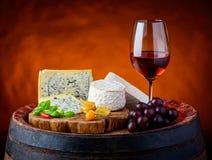 Queso Gorgonzola, camembert, Brie Cheese y Rose Wine fotografía de archivo