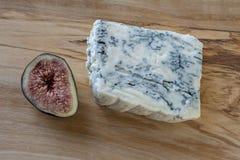 Queso Gorgonzola, queso verde italiano y un higo fotos de archivo libres de regalías