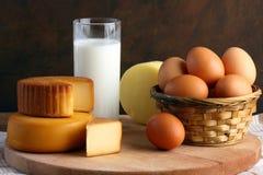 Queso, leche y huevos Foto de archivo