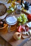 Queso, pan, cebollas, vino, tomates y cerveza Foto de archivo