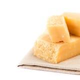 Queso parmesano aislado en el cierre blanco del fondo para arriba. Pedazo de Foto de archivo libre de regalías