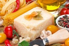 Queso parmesano, especias, tomates, aceite de oliva, pastas e hierbas Imágenes de archivo libres de regalías