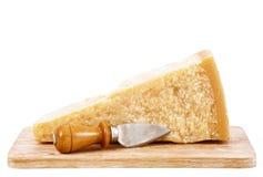Queso parmesano italiano original en el fondo blanco Imagen de archivo