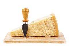 Queso parmesano italiano original en el fondo blanco Fotografía de archivo libre de regalías