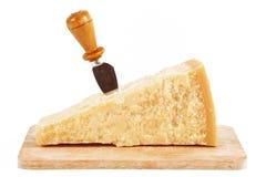 Queso parmesano italiano original en el fondo blanco Foto de archivo