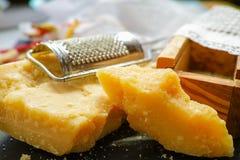 Queso parmesano Queso de parmesano rallado Olive Wood Parmesan Che Fotos de archivo libres de regalías
