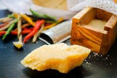 Queso parmesano Queso de parmesano rallado Olive Wood Parmesan Che Fotografía de archivo libre de regalías