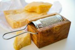 Queso parmesano Queso de parmesano rallado Olive Wood Parmesan Che Imágenes de archivo libres de regalías
