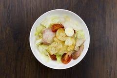 Queso parmesano sano delicioso de los cuscurrones de los tomates de la comida de la ensalada César y mozzarella fresca en el fond Foto de archivo