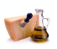 Queso parmesano y aceite de oliva Imagenes de archivo