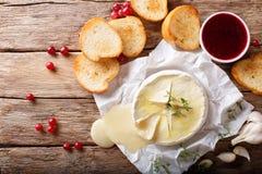 Queso picante derretido del camembert con ajo, tomillo y el aceite de oliva c Imagen de archivo