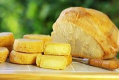 Queso portugués, y pan. foto de archivo libre de regalías