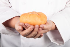 Queso principal en las manos del cocinero Fotos de archivo