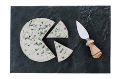 Queso redondo con el cuchillo Imagen de archivo