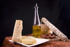 Queso, salami y pan italianos Foto de archivo