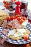 Queso, salami y pan plano Foto de archivo libre de regalías
