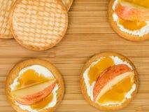 Queso suave del Ricotta con Apple y la miel cortados en una galleta o una galleta Fotografía de archivo libre de regalías