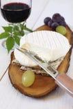 Queso, uvas y vidrio franceses de cabra de vino rojo Imagen de archivo