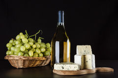 Queso verde, botella de vino y uvas Fotografía de archivo libre de regalías