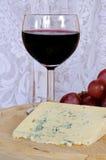 Queso verde francés con el vino y las uvas. Fotografía de archivo