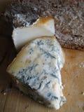Queso verde maduro y pan entero del grano, Foto de archivo libre de regalías