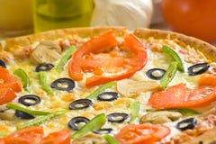 Queso verde oliva de la seta del tomate fresco hecho en casa de la pizza Imagen de archivo libre de regalías
