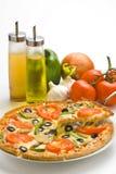 Queso verde oliva de la seta del tomate fresco hecho en casa de la pizza Imagenes de archivo