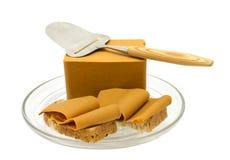 Queso y cortador de queso marrones noruegos Imagen de archivo libre de regalías