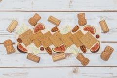 Queso y galletas con los corchos del vino Fotos de archivo