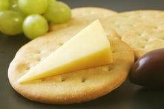 Queso y galletas de Cheddar Foto de archivo libre de regalías