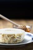 Queso y miel frescos italianos de cabra foto de archivo libre de regalías