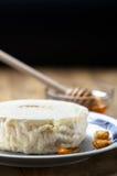 Queso y miel frescos italianos de cabra imagenes de archivo