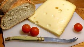 Queso y pan con los tomates Imagen de archivo
