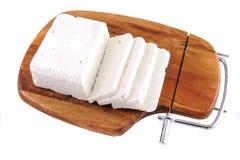Queso y rebanada blancos de cabra en la placa de madera Imágenes de archivo libres de regalías