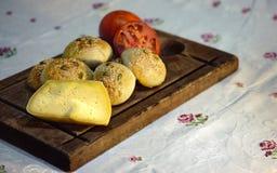 Queso y tomates rústicos del pan imagen de archivo