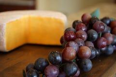Queso y uvas Imagenes de archivo
