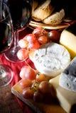 Queso y uvas, aún vida del vino rojo Foto de archivo libre de regalías