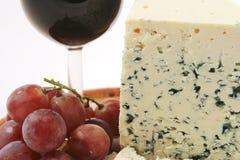 Queso y uvas del Roquefort Fotos de archivo