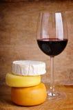 Queso y vidrio de vino rojo foto de archivo libre de regalías