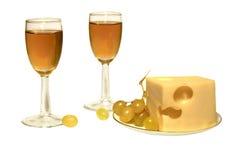 Queso y vino blanco en vidrios Fotografía de archivo