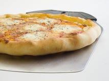 Quesos de la pizza cuatro y una paleta para su servicio 3 foto de archivo libre de regalías