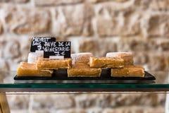 Quesos en el contador de una pequeña tienda París, Francia Fotografía de archivo libre de regalías
